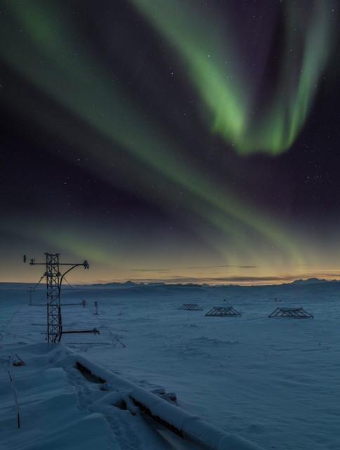 Foto de la torre de medición micrometeorológica en la tundra durante la aparición de auroras boreales /Yannick Agnan