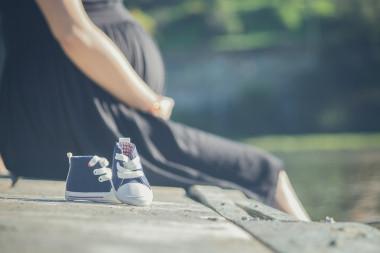 """En este estudio se contó con muestras de plasma procedente del cordón umbilical y datos procedentes de diversos cuestionarios respondidos por las madres. / <a href=""""https://pixabay.com/es/photos/embaraza-zapatos-bebes-muelle-2720433/"""" target=""""_blank"""" rel="""