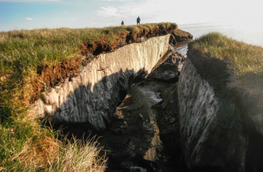 <p>La erosión de la costa revela una capa de 'permafrost' en el lago Teshekpuk, en Alaska / BRANDT MEIXELL-USGS</p>