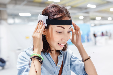 <p>Las compañías que venden estos dispositivos cerebrales vestibles prometen desde la reducción del estrés a la mejora de cognición. Algunos incluso anuncian beneficios frente a enfermedades neurodegenerativas. / Adobe Stock</p>