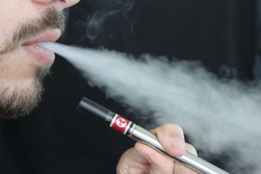 """<p/>Elvapor de agua de los cigarrillos electrónicos no es inofensivo para los seres humanos. / Pixabay"""" /><span style="""