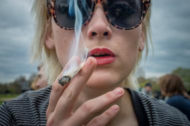 """<p/>Mujer fumando marihuana durante el 420 Pro Cannabis Rally en el Hyde Park de Londres. / Velar Grant/ZUMA Press"""" style="""""""" /><span style="""