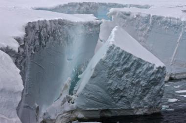 Particionamento de uma plataforma de gelo na Antártida / Ian Phillips, Divisão Antártica Australiana