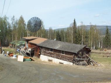 <p>Una casa privada al norte de Fairbanks (Alaska) se está hundiendo de manera desigual en el permafrost por el deshielo /Vladimir Romanovsky</p>