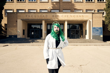 <p>Sassy Science en la puerta de la facultad de Ciencias de la Universidad de Zaragoza. / Víctor Serrano, SINC</p>