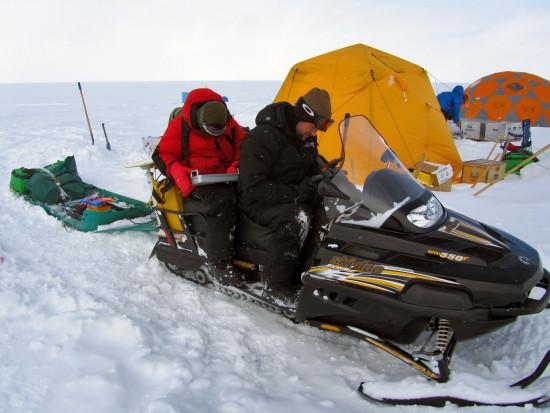 ALex Crawford (izquierda) y Mike MacFerrin (derecha) se preparan para conducir una moto de nieve con radar de penetración terrestre para medir la extensión de la losa de Groenlandia en 2013 / Karen Alley / CU Boulder / Wooster College
