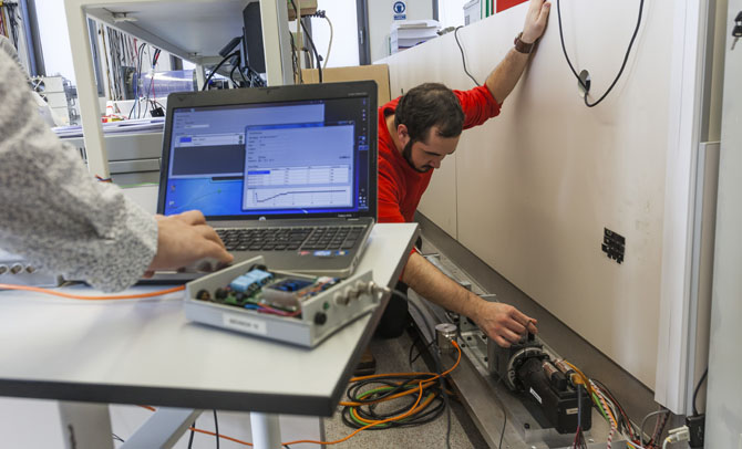 Los científicos prueban el sensor./SINC