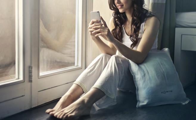 Mujer enviando mensajes de texto