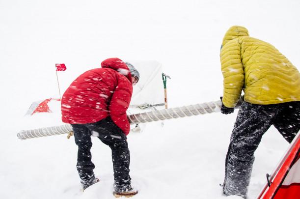 Científicos transladando un núcleo de hielo