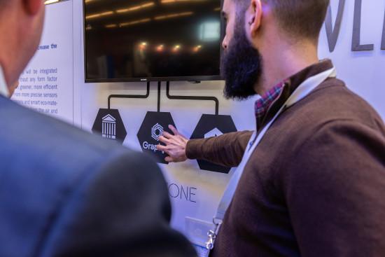 Jose A Pelaez de GrapheneTech demuestra su tecnologia en el Mobile World Congress de Barcelona