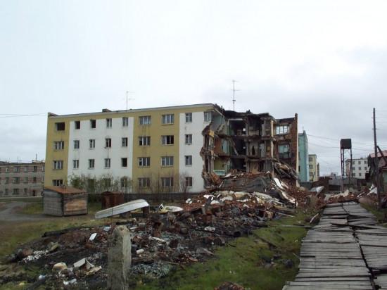 Un edificio de apartamentos en Chersky, Rusia, parcialmente destruido por deshielo del hielo congelado en una de sus secciones / Vladimir Romanovsky