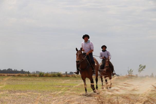 Gauchos montando a caballo