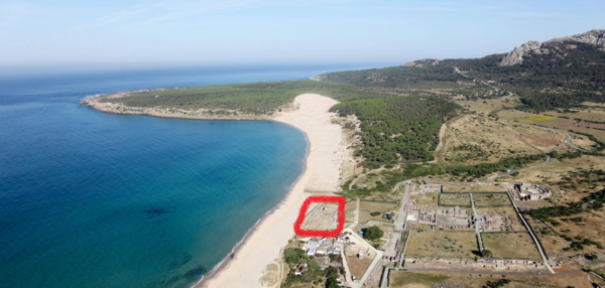 Vista aérea de Baelo Claudia (cerca de Tarifa, Andalucía). Las instalaciones de tratamiento de pescado están resaltadas con un cuadrado rojo. Foto: Universidad de Cádiz.