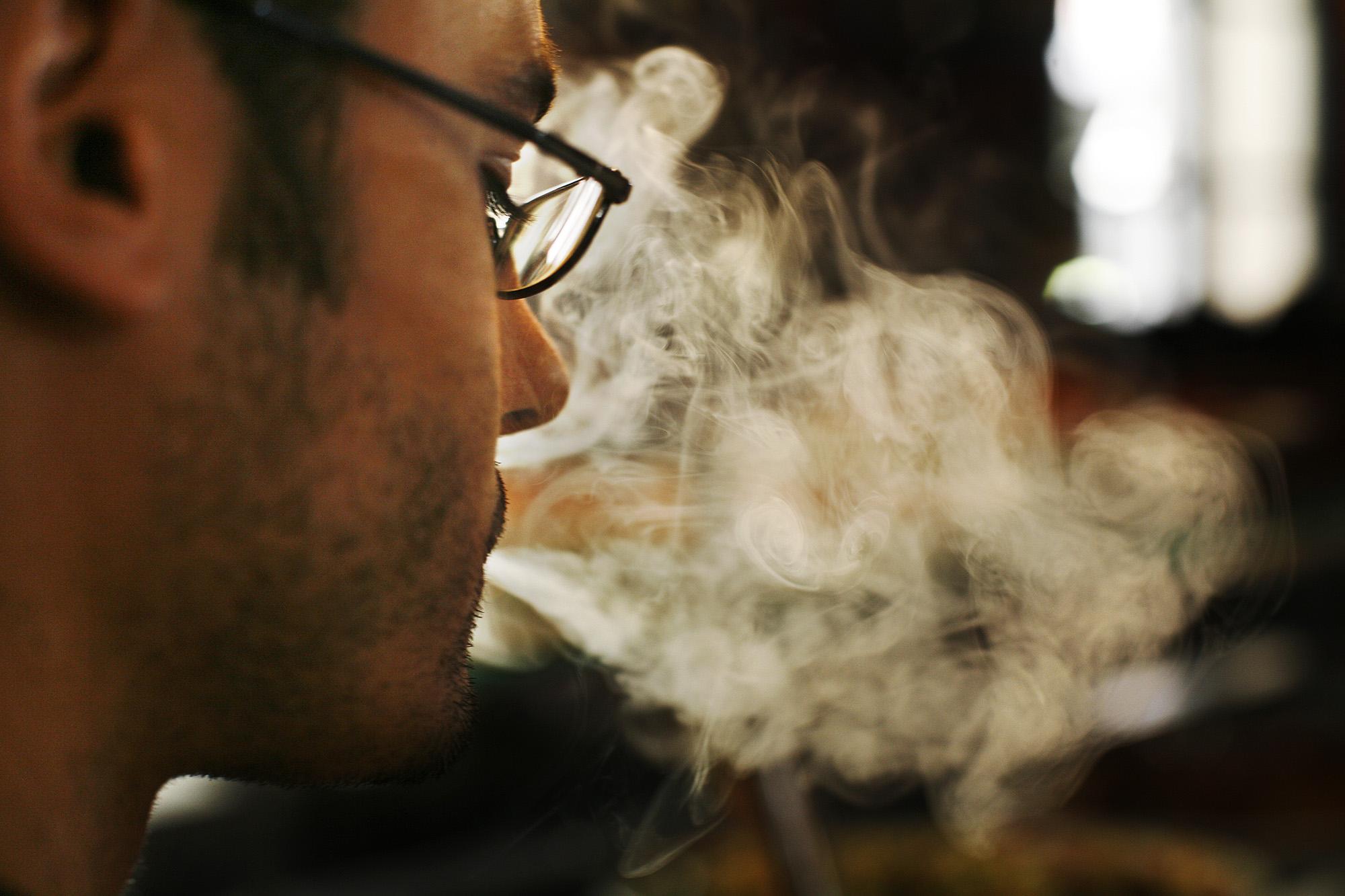 Fumar en las puertas de los bares aumenta el nivel de nicotina en su interior
