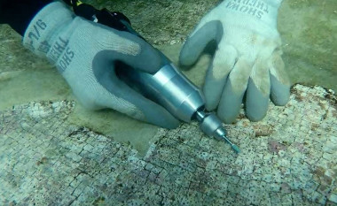 <p>Scientists take the plunge underwater to analyse one of the most valuable elements from the affluent Roman villas: white marble. / Michela Ricca et al.</p>