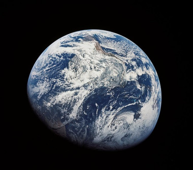 """<p/>Una de las primeras imágenes de La Tierra tomadas por humanos. Fotografiada desde el Apollo 8 a unos 30.000km. / NASA, Gobierno de Estados Unidos [Public domain], via Wikimedia Commons"""" /><span style="""