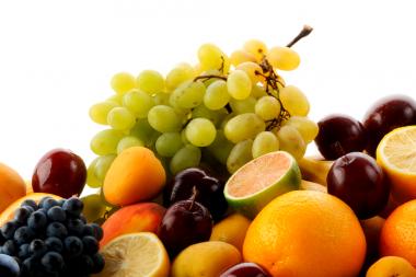 <p>Uvas, naranjas y otras frutas. / Onef9day</p>