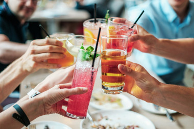 <p/>No hay diferencias en la mortalidad entre las personas que no bebían nada y los que bebían cantidades moderadas de alcohol. / <a href=