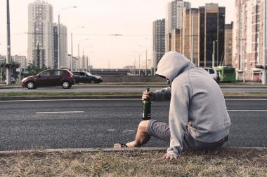 """<p/>El alcoholismo es una enfermedad crónica producida por el consumo incontrolado de bebidas alcohólicas. / Fundación Descubre"""" /><span style="""