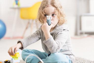 """<p/>Millones de personas en todo el mundo tienen que acudir a las salas de emergencia por ataques de asma cada año porque están respirando aire sucio. / Adobe Stock"""" /><span style="""