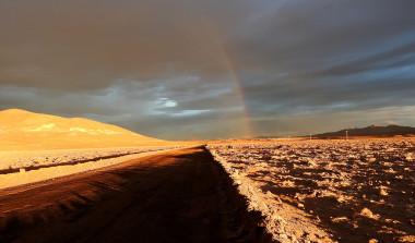 <p>Arcoiris fotografiado por primera vez en el corazón del desierto de Atacama. / Carlos González Silva</p>