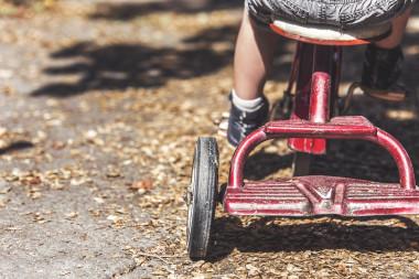 """La exposición prenatal a algunos de estos compuestos se ha asociado con alteraciones en el desarrollo genital en niños. / <a href=""""https://pixabay.com/es/photos/ni%C3%B1os-triciclo-juguetes-1217246/"""" target=""""_blank"""" rel="""