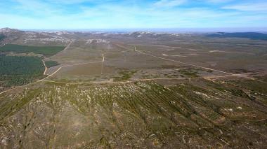 <p>Antiguas minas de oro romanas en Castrocontrigo (León) vistas desde el aire. /J. Fernández-Lozano et al.</p>