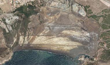 """<p/>La bahía de Portmán vista desde al aire. En la imagen se aprecian las huellas de la actividad minera. / Grupo de Contaminación de Suelos – Universidad de Murcia."""" /><span style="""