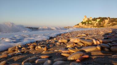 """<p/>El grupo analizó las presencia de microplásticos en el litoral de Tarragona./ URV"""" /><br /><div>El agua marina, así como la arena de las playas y los sedimentos del litoral de Tarragona contienen cantidades de plásticos similares a las de una gran ciudad como Barcelona y más de la mitad de ellos son fibras de ropa procedentes de la lavadora. Este es uno de los principales resultados de un estudio realizado por investigadores del grupo de investigación TecnATox de la Universitat Rovira i Virgili que se presentó la semana pasada en un congreso en Helsinki.<br />Según el análisis, no se trata únicamente de los residuos plásticos que se pueden ver flotando en el agua o arrastrados por las olas de mar. Lo que más preocupa a los investigadores es la presencia de plásticos de tamaño microscópico, que no se pueden ver a simple vista pero que pueden afectar la salud humana. Estudiar estas partículas y sus efectos es el objetivo principal de los investigadores de los Departamentos de Ingeniería Química y de Bioquímica y Biología Molecular de la URV.<br />A lo largo de diferentes estudios pioneros iniciados en 2018 analizaron muestras de agua de mar, de sedimentos marinos y de arena de las playas del litoral de Tarragona para observar la presencia de plásticos y su posible procedencia.<br />Estos plásticos llegan al medio marino a través de torrentes y rieras, arrastrados por ríos caudalosos como el Ebro o por el alcantarillado y de los emisarios marinos. También proceden de derrames de polímeros de plástico de origen industrial, y de derrames directos a la mar por parte de embarcaciones.<br />Pero estudios recientes también han descubierto otras posibles fuentes de contaminación, como el caso de las fibras sintéticas que se desprenden de las prendas cuando lavamos la ropa.<br />A partir de las muestras obtenidas en el litoral tarraconense, los investigadores han observado que hasta el 57% del total de los plásticos analizados procedentes del agua marina corresponden a est"""