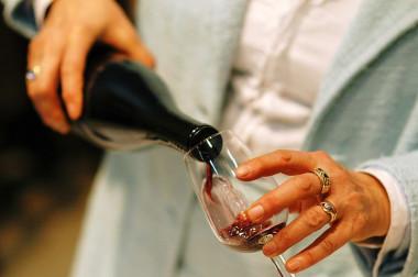 """<p/>Consumir pequeñas cantidades de alcohol equivale hasta tres copas al día de vino o cerveza en hombres y hasta dos en mujeres. /UAM"""" style="""""""" /><span style="""