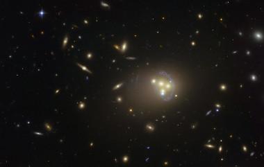 Primeros signos de materia oscura en interacción mediante fuerzas desconocidas