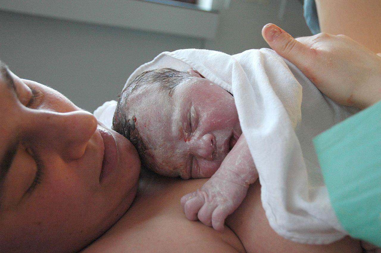 Retrasar dos minutos el corte del cordón umbilical mejora el desarrollo del recién nacido