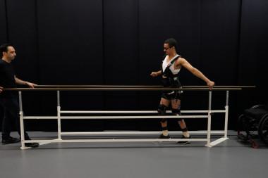 <p>David Mzee, que quedó totalmente parapléjico tras accidente deportivo, da unos unos pasos. / EPFL / Jean-Baptiste Mignardot</p>