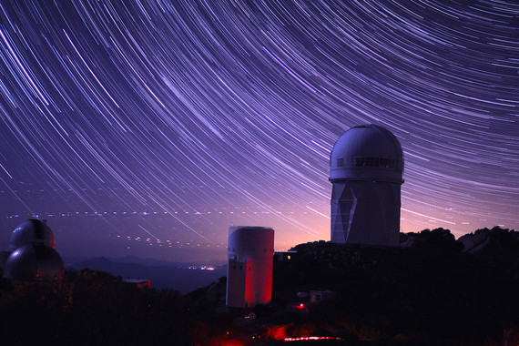 <p>Imagen de larga exposición con las trayectorias de las estrellas en el observatorio de Kitt Peak. La mayor de las cúpulas es la que aloja el telescopio de Mayall, donde se instalará DESI. /&nbsp;P. Marenfeld and NOAO/AURA/NSF. © 2010 The Regents of the University of California, through the Lawrence Berkeley National Laboratory.</p>