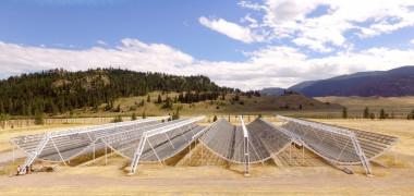 <p>El radiotelescopio interferométrico CHIME con el que se han detectado las misteriosas señales cósmicas de radio se localiza en la Columbia Británica (Canadá). Está formado por cuatro semicilindros en forma de U de 100 metros de largo y repleto de antenas. / CHIME</p>