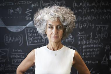 El pelo gris femenino se ha identificado durante años con el descuido; sin embargo, ahora mujeres de todas las edades lucen sus mechones blancos.