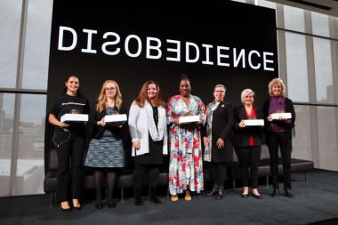 <p>Beth Anne McLaughling (tercera por la izquierda) recibe el Premio MIT a la desobediencia por su labor contra el acoso sexual, junto a otras abanderadas del movimiento #MeToo</p>