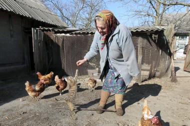 <p>María Semenyuk jugaba con un gato cerca de su casa en el pueblo desierto de Patryshev, a 25 km de la central nuclear de Chernóbil, Ucrania, en 2011. Más de 330 residentes se negaron a ser reubicados después del accidente nuclear de 1986 y se quedaron a vivir dentro de la zona de exclusión de 30 kilómetros alrededor de la planta contaminada. / Imagen: EPA / SERGUÉI Dolzhenko</p>